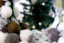 Corona Navideña con lana / Hecha de bolas de porex cubiertas de lana de diferentes tonos.