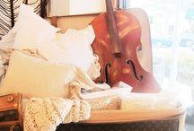 Музыкальные инструменты как элементы декора / Увидев эту коллекцию фотографий, у меня сложилось впечатление, что любой музыкальный инструмент представляет собой декоративный элемент и не только благодаря своей собственной красоте, также он придает характер и персонализирует интерьер в котором находится, Вам так не кажется? Если у Вас есть какой-нибудь инструмент: достаньте его из ящика или из чулана и выставите на видное место! Я оставляю пару идей, наслаждайтесь!