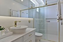Banheiro clássico / Um banheiro clássico foge totalmente do que pode ser modismo. As escolhas são atemporais, tradicionais e geralmente entram nesta característica a versatilidade e uma cartela de cores sóbrias.