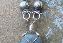 камни с оправой из проволки