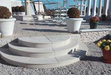 Marche escalier pleine droite et circulaire, aspect lisse, en pierre reconstituée ou béton / Marche escalier massive béton lisse, escalier circulaire en béton marches pleines lisses;  marches massives escalier préfabriquées en béton, escalier Tradition en pierre reconstituée