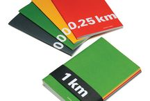 KM / Dans la série KM, chaque cahier couvre 0,25 KM DE LIGNES, balisé à chaque 10 m. Pour suivre votre performance, chaque page vous propose un parcours de 4 m. Un format qui s'adapte parfaitement à votre rythme d'écriture, que vous ayez la plume assidue ou vagabonde. _ In the KM notebook series, each notebook contains 0.25 KM OF LINES (4 metres per page) with a numerical marker every 10 metres. Pace yourself and keep track of your performance as your ideas flow through the lines.