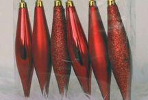 Rode kerstversiering / Versier je kerstboom met mooie rode kerstballen. Ze zijn allemaal te koop bij Warentuin. Dat ziet er toch prachtig uit!