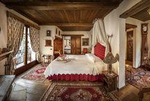 Camere / Le nostre camere (38 inclusi i tre chalet) sono tutte diverse tra loro cosicché ogni stanza possa raccontare la sua storia. Alcune hanno caminetto e vasca idromassaggio, altre anche la sauna privata.