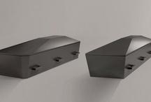 Diamant kister / Tommerup Kisters Diamant kisteserie er udviklet i samarbejde med Jacob Jensen Design. Diamant kisten fås i sort, hvid og rød.