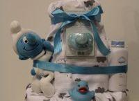 Vaippakakut pojille / Vaippakakut ovat ihania lahjoja niin baby showereihin, ristiäisiin, nimiäisiin ja vaikka joululahjaksi pienelle prinssille.  Tähän kerätty kuvia Vaippakakkukeisarin leipomista poikien vaippakakuista, jotka ovat lähteneet maailmalle porukan pienimmille erilaisiin juhlatilanteisiin.   www.vaippakakkukeisari.fi