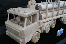 Lesní stroj s kládama - mega dřevěná hračka / Zbrusu nový výrobek vytvořený na základně poptávky našeho zákazníka pro svého kluka k vánocům 2015. Lesní nákladní automobil je plně pojízdný s otočnou zvedací rukou a odpojitelným přívěsem. Klády je možno rovněž sundat.