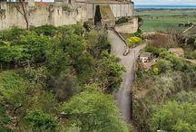 Latium: Tarquinia – Etrusker-Hauptstadt mit freskierten Gräbern / Geheimtipp in Italien! Wer nach Tarquinia reist bekommt Einblicke in die Welt der Etrusker. Nirgendwo finden sich so viele etruskische Kunstwerke wie hier. Vier Highlights von Tarquinia haben wir besucht und spannendes aus der über 3000-jährigen Stadtgeschichte entdeckt. #tarquinia #italy #lazio #etruscans #monterozzi