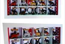 Quadro Love Dogs / Tamanho 69 cm L x 9 cm P x 29 cm H. Elaborado em mdf e acabamento acetinado branco. Criação e desenvolvimento digital do papel de parede, uso de cachorros de plástico.