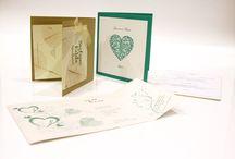 Wedding / Per la tua Cerimonia ti personalizziamo la partecipazione con vari tipi di carte pregiate. Realizziamo anche Tabloid, segnaposto, biglietti per i confetti ed altre idee che possono rendere la tua cerimonia davvero speciale. Puoi ordinarlo sul nostro STORE.