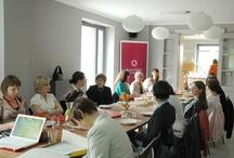 Spotkania Klubu Kobiet Przedsiębiorczych / Główną ideą działalności Klubu jest stworzenie platformy do wymiany biznesowej i ideowej dla kobiet, prowadzących własną działalność gospodarczą lub piastujących decyzyjne stanowiska w rozmaitych firmach. Działania te służą wspieraniu postaw przedsiębiorczości wśród kobiet, jak również promocji pozytywnych wzorców na zewnątrz. Klub zorganizował dotychczas kilkadziesiąt spotkań dla kilkuset przedsiębiorczyń w Poznaniu i okolicach. Więcej na www.klubkp.pl oraz www.babilad.pl