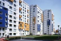 Tres Lagos Mayran / Localizado al norte de la Ciudad de México, Tres Lagos es un conjunto habitacional compuesto por 11 torres de departamentos –10 de 13 niveles y una de 7 que funciona como pórtico de acceso– así como un edificio de usos múltiples de 2 niveles.  Las torres están dispuestas de tal forma que generan plazas y áreas verdes entre ellas.