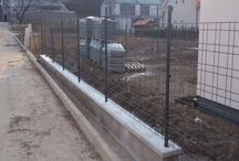 Zenturo plot a brána v Borinke - Referencia / V Borinke neďaleko Stupavy sme realizovali oplotenie Zenturo. K plotu sme vyrábali na zákazku i samonosnú posuvnú bránu, doplnenú elegantnou krídlovou bránkou Zenturo. Zenturo sa veľmi dobre hodil k modernému dizajnu rodinného domu v novej časti obce.