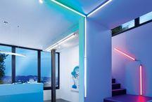 Q-LED - macht Licht schlau / Mit der intelligenten Q®-Lichttechnik können alle Q®-Leuchten den persönlichen Bedürfnissen individuell angepasst und die Lichtmenge oder -farbe, die man je nach Jahreszeit für das persönliche Wohlbefinden braucht oder die für bestimmte Aktivitäten, wie z.B. Arbeiten, Kochen, Entspannen etc. erforderlich ist, eingestellt werden.  Mittels der Fernbedienung lassen sich so die Leuchten in unterschiedliche Gruppen zusammenfassen und alle Leuchten einer Gruppe gleichzeitig steuern.
