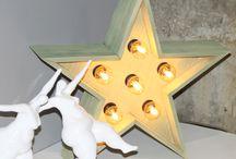 Estrellas decorativas con luces / Estrellas decorativas con bombillas, hechas de forma artesanal y en madera de pino, pintadas para darles un toque vintage, están en dos tamaños. #decoraconletras #decoracionvingate  www.letrasydecoracion.