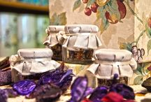 GADGET / L' Erboristeria Gelsomina trasforma i suoi infusi anche in piccoli gadget per i tuoi eventi: puoi scegliere tra una selezione dei tè più pregiati, piante officinali e aromi provenienti da ogni parte del mondo; sapientemente controllati e preparati in Italia per ottenere piccoli capolavori da ogni materia prima.