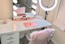 toaletki / Toaletka to miejsce w twojej sypialni, w którym przygotujesz się do wyjścia z domu i zmierzenia się z trudami nadchodzącego dnia. Zobacz, jak dopasować wygląd swojej toaletki do wystroju sypialni. Wybierz nowoczesny minimalizm i geometryczne kształty lub zbliżone do klasyki zakrzywione krawędzie i ornamenty. Obejrzyj nasze zdjęcia, a może znajdziesz swój własny, unikalny styl, w którym urządzisz to wyjątkowe dla każdej kobiety miejsce.