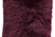 Poduszka dekoracyjna CZUPER bordowy/Faux fur pillow CZUPER maroon / Poduszka dekoracyjna CZUPER bordowy/Faux fur pillow CZUPER maroon