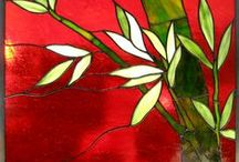 Fleurs sur fond rouge.