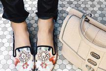 """Tendencias Primavera 2015 / Las Tendencias Primavera 2015 son: """"Prints"""" florales, flecos, el mahón boho chic, la silueta bailarina, gladiadoras con cremallera, sandalias tipo mule, chancletas y """"planaformas,"""" tonos khaki y detalles deportivos.  http://www.plazalasamericas.com/fashion/hot-trends/"""