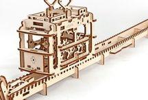3D Puzzels / UGEARS 3D-puzzels die gemaakt zijn van kwaliteitsmultiplex.  Deze modellen zijn uitgerust met alles dat nodig is om ze in elkaar te zetten, waardoor er geen behoefte aan lijm of gereedschap is vanwege het preciese design en de hoge kwaliteit van het materiaal kunnen de onderdelen makkelijk geassembleerd worden, de methode die het mogelijk maakt om de modellen in elkaar te zetten zonder lijm of gereedschap is gepatenteerd.