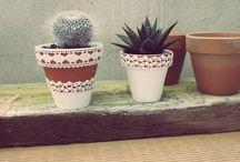 De fang i colors* / Testos de terrissa pintats amb amor i decorats amb puntes de roba. Nous aires de fang i colors per donar vida a balcons, jardins, escales i tot allò que tu vulguis. #decoració #llar #testos #pintures #fang #terrissa #testos #jardi #cactus #regals