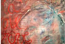 Magali Martija-0choa /      Une jeune artiste s'expose de l'intérieur, construction parcellaire vibrante par le biais d'une palette de couleurs en effusion, bleu vif, rouge vermeil, jaune éclatant, noir d'encre et des ténèbres. Au bout de ses doigts, les poudres sont comme des piments malaxés, des huiles étincelantes, des farines grasses, la « cuisine » raffinée et onctueuse des pastels au service de l'organisme délicat d'une pensée.