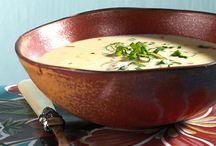 Herbstsuppen / Es ist Zeit für herbstliche Köstlichkeiten wie Kürbis und Marroni! Sie bereichern zurzeit den Speiseplan mit ihren kräftigen Aromen und ihrer Vielseitigkeit. Die Herbststars brillieren zusammen mit anderen Saisongemüsen, Kräutern und Pilzen auch im Suppenteller.