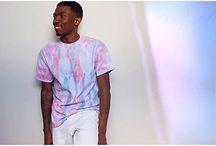 How to wear… tie dye tees! / Een altijd graag geziene 'gast' op festivals is het tie dye t-shirt. Wat zeg je? Het tie dye shirt té seventies?! Nee joh, het tie dye t-shirt is van alle tijden en werd ook in de jaren '90 opnieuw ontdekt. En ook deze zomer mag ie weer lieve jongens en meisjes! Cropped, fringed, regular, printed, het kan allemaal! Absoluut een 'key item' om je 90′s grunge outfit mee compleet te maken.  Stardust verkoopt regular en cropped varianten voor 10 euro.