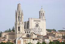 ENTORN - llocs amb encant / Ens trobem al Baix Empordà, en plena Costa Brava, a la província de Girona. Es tracta d'una comarca amb una gran riquesa cultural i paisatgística, molt marcada per les seves característiques geogràfiques, i amb una arquitectura de gran caràcter històric.