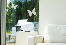 Decori per finestre / Decori chic per finestre - pellicole effetto satinato e decori per finestre. Le decorazioni per vetri sono disponibili in due varianti: effetto satinato e immagini colorate per finestre.  Ci sono cosi tanti decori per vetri chic - lasciati ispirare dal nostro vasto assortimento.