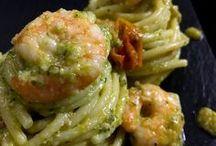 spaghetti con pesto di zucchine e gamberetti