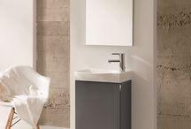 REVELL – Dosłowny Minimalizm. /  Ravell to kolekcja mebli  przeznaczona specjalnie do małych łazienek. Szafka podumywalkowa o ascetycznej konstrukcji, której atrakcyjnym uzupełnieniem jest subtelny chromowany uchwyt, umieszczony w górnej części drzwiczek. Dodatkowym atutem kolekcji jest umywalka ceramiczna o specjalnie wyprofilowanej, zaokrąglonej misie.