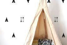 Gave muurstickers Pom Le Bonhomme / Gave muurstickers van Pom Le Bonhomme. Pöm le Bonhomme is een merk van accessoires en decoratie objecten gemaakt in 2011. Ze produceren vooral muurdecoratie. Elk product is geïnspireerd en getest door 2 meisjes, de creatieve: Maëlys & Chloe.De items zijn volledig gemaakt met de hand in La Ciotat in Frankrijk per 1 stuks of in kleine series. Alle materialen zijn van hoge kwaliteit (linnen, katoen. Te koop bij www.lieffeling.nl