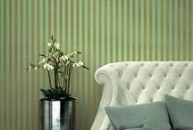 Trianon XI / Traditionelle Streifen, opulente Ornamente und stoffliche Eleganz – diese Kollektionsreihe hat sich in ihrer Lebenszeit nicht nur unter Klassikliebhabern einen Namen gemacht. Hier finden sich in schlichter Eleganz in gedeckten Farben die schönsten Muster, die im Handumdrehen ein Schlossherren-Feeling bei Ihnen einziehen lassen. Für adelig-schöne Wände.