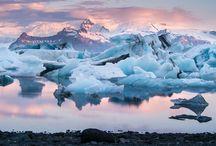 Island / Island zeichnet sich besonders durch seine einzigartige Natur aus. In wenigen anderen Ländern der Welt finden sich auf so kleinem Raum so viele besondere Sehenswürdigkeiten. Das Land ist übersät mit Vulkanen, heißen Quellen und geothermischen Gebieten. Die Nähe zum Wasser wird einem durch die vielen Wasserfälle, Seen und Fjorde bewusst. Der raue aber sympathische Charme der kleinen Insel im Norden zieht einen schnell in seinen Bann.
