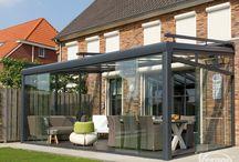 Terrasoverkapping Riva Verano / Een terrasoverkapping of veranda van Verano zorgt voor de ideale buitenruimte! Deze Riva overkapping met glas beplating en verlichting wordt volledig op maat gemaakt! #DecoZonwering