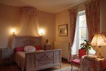 Nos suite et chambres / Les six chambres et deux Suites de votre Hôtel de Charme et d'Affaires sont d'esprit romantique ou classique, en grand lit ou lits jumeaux, au rez de chaussée ou à l'étage, mais toujours d'inspiration «cosy» et d'usage pratique.