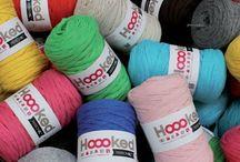 Hoooked Ribbon XXL / Comme son grand frère Zpagetti, le fil Ribbon de Hooked distribué par DMC est un fil fabriqué à partir de tissus recyclés. Tubulaire et d'une taille XXL, il permet de mettre en oeuvre de nombreux projets créatifs au crochet, au tricot ou avec des techniques plus originales.