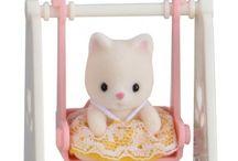 Sylvanian Families Przenośny Zestaw dla Dziecka (Kotek na Huśtawce) / Wyjątkowe zabawki dla dzieci marki Sylvanian Families