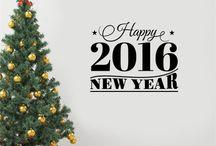 Διακοσμητικά Χριστουγεννιάτικα Αυτοκόλλητα Τοίχου και Βιτρίνας / Απίθανα αυτοκόλλητα βινυλίου για τον τοίχο ή τα τζάμια του σπιτιού, του γραφείου ή του καταστήματος. Μεγάλη ποικιλία σχεδίων απο χιονονιφάδες, χριστουγεννιάτικες μπάλες, έλατα, ελαφάκια και ευχές για τη νέα χρονιά. Ιδανικά για το σπίτι και επαγγελματικούς χώρους.