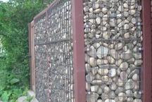 Gjærde mur mot veien