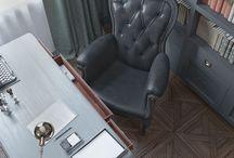 Study / Этот кабинет олицетворяет собой путешествие в 30-е годы. Работая над этим кабинетом, мы поставили себе задачу создать уютный личный уголок для главы семьи. Чтобы воссоздать нужную атмосферу, мы использовали темные оттенки благородных цветов, статусную мебель, такую как письменный стол CAVIO в паре с невероятным креслом Smoke Chair от MOOOI и классическую отделку потолка и стены. Атмосфера микса английского и индустриального стилей реализована с помощью ретро аксессуаров, мебели и декора.
