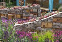 Insektenhotel | Lars Schönberg / Insektenparadiese im Garten. Insektenhotels - wichtiger Lebensraum im Garten. Unterschlupf und Brutplatz. Wunderschöne kleine Bauwerke, die unsere Gärten bereichern. Und vielleicht auch bald unsere Parks und Grünflächen.