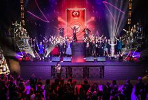 JTI New Year / Новогодняя вечеринка для сотрудников в стиле рок-вечеринки. Основной задачей было – привлечь на мероприятие сотрудников, это было реализовано через постановку мюзикла на песни группы Queen. Общая идея рок-вечеринки поддерживалась декоративными элементами, дресс-кодом, активностями (guitar hero, фото-зоны, тату и брендированные футболки), жанром мюзикла, музыкальными группами.