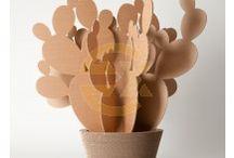 Oggetti CactusHome / Moderni e creativi, funzionali e durevoli, CactusHome sono complementi d'arredo a costi contenuti. Quattro le configurazioni disponibili in varie taglie: il cuscino della suocera, il saguaro, il fico d'india e l'agave. Grazie alla varietà delle dimensioni e delle tipologie, CactusHome sono adattabili a ogni contesto e creano uno spazio personalizzato in perfetto equilibrio tra design innovativo e sostenibilità ambientale.