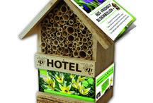 bijenhotel / De bij heeft stuifmeel en nectar nodig om te overleven. Daar kunt ú haar bij helpen. De bij komt vroeg in het voorjaar tevoorschijn, tegelijk met de vroegbloeiende bloemen als crocus en het tulpje Tarda.