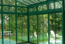 Vérandas sur piscine / Une piscine sécurisée, plus belle aussi, pour se baigner toute l'année... À l'abri d'une véranda, votre piscine conserve une eau propre et toujours quelques degrés de plus, offrant à votre intérieur un nouvel espace de vie au charme incomparable.