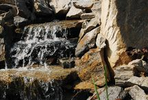 ELEMENTY WODNE / Kaskady, strumyki, wodospady, oczka wodne. Budujemy w ogrodach elementy wodne. Wykorzystujemy do ich tworzenia profesjonalne maty uszczelniające oraz pompy, filtry ilampy UV renomowanej marki Oase. Wykonując element wodny w ogrodzie dajemy gwarancję czystej wody.