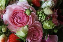 Flowers / Любимой подарите вы цветы,  Но не букеты, где бутоны умирают,  А те цветы душевной красоты,  Что свет в глазах любимых зажигают.   Вы заверните их в счастливый сердца стук,  В улыбку милую и страсти поцелуи,  В объятья нежные и трепетанье рук,  И в музыку любви, что очарует…